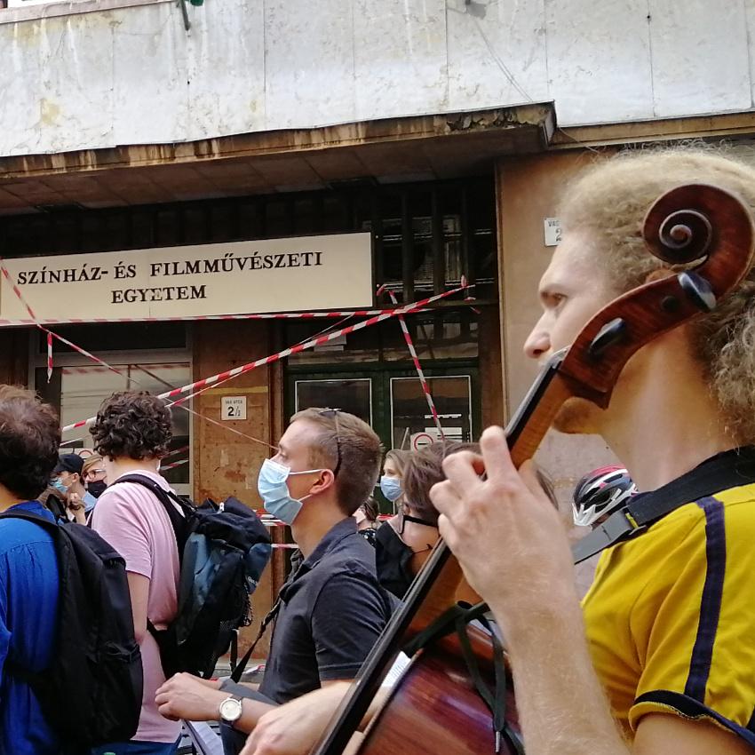 Közös énekléssel fejezték ki támogatásukat a zeneakadémisták a Színmű előtt